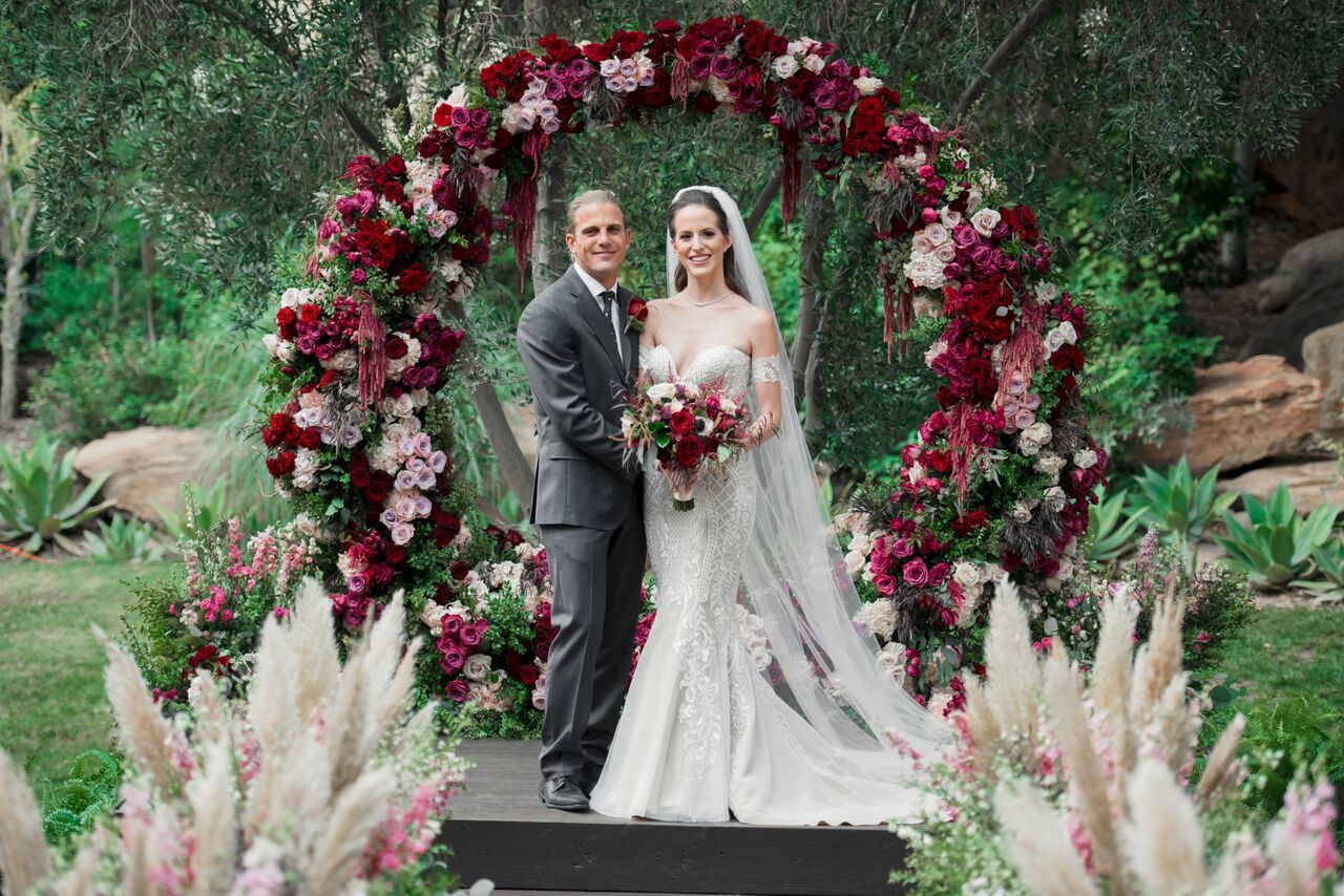 Ranch wedding with pink and red flowers - Photography: Dmitry Shumanev