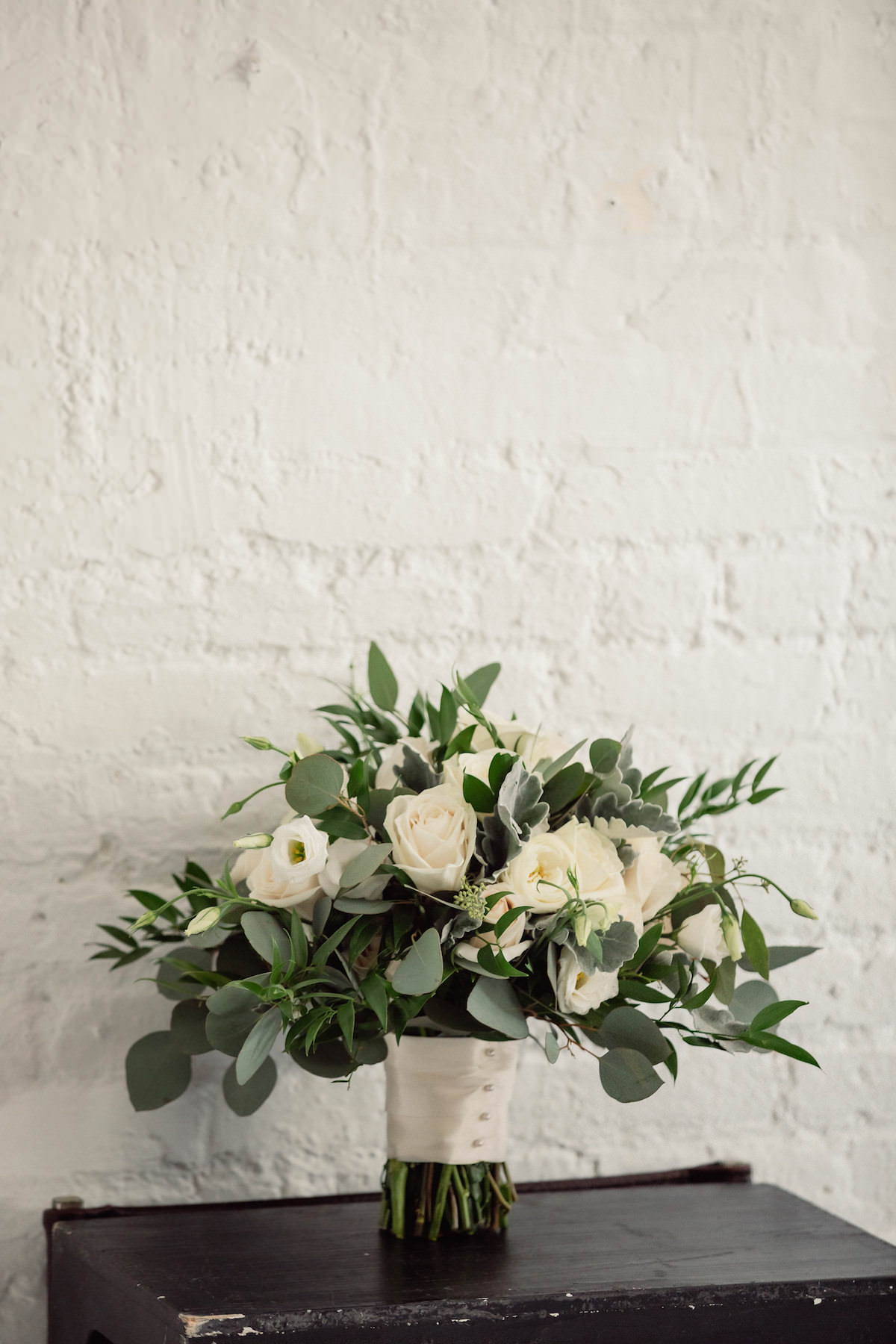 Wedding bouquet with white flowers - Photography: Charming Images