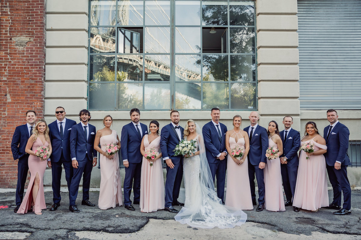 Wedding party photo pink and blue - Photography: Charming Images